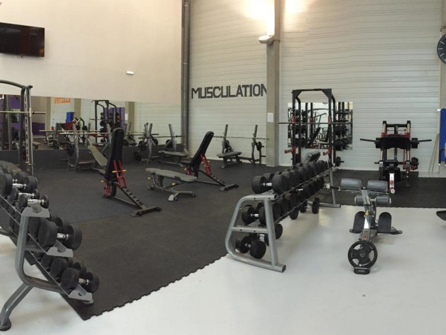 Une équipe de passionnés qui va vous convaincre que le fitness est accessible à tous, Fit Sensations est là pour vous aider à vous surpasser en s'amusant. Des professeurs diplômés d'Etat expérimentés et qualifiés pour travailler avec vous en toute sécurité. Cette salle dispose d'un espace de +m2 avec 8 espaces différents!